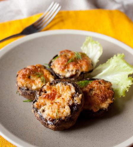 Фото для рецепта: Фаршированные шампиньоны сыром пармезан