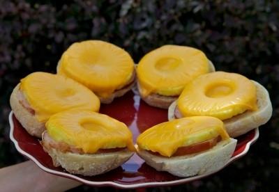 Фото для рецепта: Экзотические бутерброды в микроволновке
